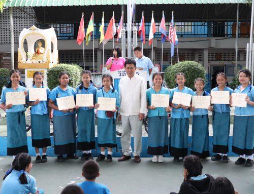 นักเรียนรับมอบเกียรติบัตร การแข่งขันสวดทำนองสรภัญญะ ระดับมัธยมศึกษา และตอบปัญหาธรรม ระดับประถมศึกษา