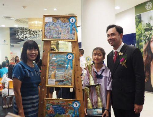 """เด็กหญิงกินรี จีโน รับรางวัลชนะเลิศ """"การประกวดแข่งขันวาดภาพระบายสี"""" จาก นายอิทธิพล  คุณปลื้ม รัฐมนตรีกระทรวงวัฒนธรรม"""